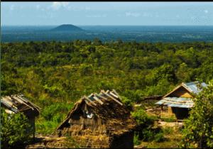 Vi spiser en tidlig morgenmad og kører mod foden af Kulen bjerget. Her begynder vi vores vandring opad den tætte skov.   Under vandringen, oplever du den uimodståelige friske natur i Cambodia.  Du oplever også de gamle ritualer 'lingaer' der er indgraveret i klipperne og vandfaldene.   Vi spiser nyder frokosten med en super udsigt fra en lokal landsby, hvorefter vi forstætter vandringen til Preah Kral   Efter solnedgangen, kører vi tilbage til vores homestay, og nyder en lokal middag, inden vi fortsætter vandringen i morgen.   Under vandringen kan vi komme ud for glatte sten og noget af vandringen er som naturen har skabt den. Vil du helst undgå vandringen, kan vi arrangere et support køretøj til dig. Kontakt Ferie med formål hvis det har interesse.
