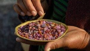Efter du har nydt din morgenmad på hotellet, skal du ud på en morgentur gennem byen. Besøg to af Mogoks travle ædelstensmarkeder – Aungchanthar og Cinema – og tag ud og se én af de åbne miner. Om eftermiddagen kan du slappe af med en god kop kaffe eller te, inden vi tager til den charmerende Mogok Lake og de smukke bakker, som omkranser byen. Her besøger vi det smukke Phaung Daw Oo-tempel og en grotte, hvor Mogok Sayadaw, én af landet mest respekterede munke, yndede at meditere. Vi slutter dagen ved den gamle Chan Thar Gyi Pagoda, som ligger på toppen af en lille bakke. Udforsk den smukke stupa og nyd panormaudsigten, mens solen langsomt synker ned bag de omkringliggende bakker. Alternativt kan du besøge Padamyar Pagoda, som ligger på Sit Min Gyi Hill – og hvorfra du har en lige så smuk udsigt.