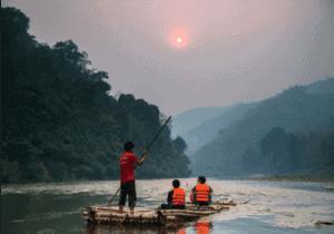 Efter frokost  bygger vi en traditionel tømmerflåde fra bambus  og vinstokke. Herefter padler vi langsomt ned af floden, til en af de nærliggende landsbyer.   Aftenen står på ren underholdning, når dine værter sørger for sang, dans og musik samt lidt traditionelle spil.