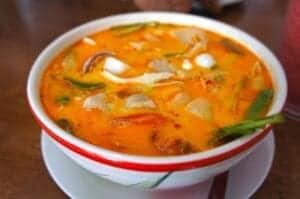 I dag skal du lære at lave nogle af det nordlige Thailands klassiske retter ved Chiang Mai Thai Cookery School, som ligger ved Doi Saket lige uden for byen, og som er ejet af en dygtig thailansk kok.  I løbet af dagen bliver du instrueret i at lave lækre krydrede supper, gris med basilikum, stegte ris, krydrede salater og grøn karry. Når du har lavet alle retterne, sætter I jer til bords og smager på herlighederne. Inden du tager afsted, får du en kogebog med gode noter med hjem, så du kan lave retterne igen hjemme i dit eget køkken.