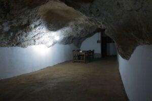"""Første stop på denne 2-dagestur er Vieng Xay, som også er kendt som """"grottebyen"""". Her gik 23.000 folk i ly for amerikanske luftbombninger – i over 480 grotter! Udover grotterne, så byder Vieng Xay også på et fantastisk karstlandskab midt inde i byen. Når vi ankommer, har du tid til at slentre gennem byen og se nogle af de grotter, som under krigen blev brugt som til bl.a. skole, hospital og endda teater. Du overnatter i et lokalt gæstehus, og dagen efter cykler du tilbage gennem Sam Neya for at komme til Nam Neun."""