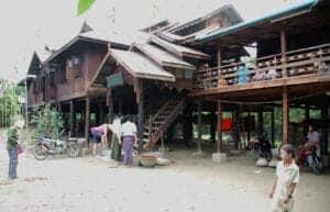 Vi starter dagen med en morgenmad, inden vi hopper ombord på en båd, der tager os til øen Kyun Thiri via Irrawaddy-floden. Her besøger vi den lokale landsby Kyun Thiri, der gør meget ud af landbrug. Her finder du flere haver, hvor de dyrker tomater, chili, sennepsplanter, blomkål og andet sæsonbaseret grønt. Du vil også opleve, at bygningerne er bygget på pæle. Dette er en vigtig del af byens arkitektur, da konstruktionen med pæle gør, at de undgår at husene drukner i vand, når regnsæsonen kommer. Vi besøger også det lokale kloster, der er bygget af træ. Her lærer den øverste af alle byens munke os mere om livet og kulturen på øen. Klosteret fungerer også som en lokal skole, hvor 50 elever bliver undervist. Efter besøget på klosteret nyder vi en hjemmelavet picnic hos en lokal familie, inden vi vender mætte hjem til hotellet.