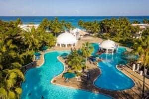 Efter morgenmadden, kører vi til Mombasa. Her hopper vi ombord på en færge, og sætter kurs mod syd. Vi ankommer til Southern Palm Beach Resort, et stort strandhotel, der er placeret på Diani Beach, og som tilbyder et luksuriøst ophold på kysten til det Indiske Ocean. Her tilbringer vi de næste 5 dage.  Vi ønsker dig en fortsat god ferie.