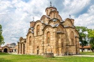 Vi starter dagen med en god morgenmad på hotellet, hvorefter vi bevæger os mod Fushe Kosova, som er et område, der blandt andet har givet Kosovo sit navn. Fushe Kosova oversat til engelsk betyder 'Fields of Blackbirds', og er det sted, hvor 'slaget om Kosovo' fandt sted i 1389. Området ligger ca. 5 km uden for Pristina, og har flere mindesmærker fra krigen. Herunder gravstedet for Sultan Murat, der ledede det osmanniske imperium i det 14. århundrede. Vi fortsætter mod Gracanica klosteret, der i 1990 blev erklæret et monument af ekstraordinær betydning og i 2006 kom på UNESCOs verdensarv liste.   Herefter sætter vi kurs mod det 3. land vi skal besøge på denne rejse, nemlig Makedonien. Vores endestation i dag bliver Ohrid – men inden vi ankommer til Ohrid, besøger vi landets hovedstad, Skopje. Her oplever vi byens bazar og øvrige seværdigheder, inden vi sætter kurs mod Ohrid, hvor vi overnatter på det 4-stjernede hotel, Mizo.
