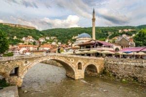 Efter morgenmad, kører vi mod Peja. Her besøger vi den smukke Peja Bazar, som er dateret helt tilbage fra Osmannerriget. Vi besøger også Bajrakli moskeen og Patriarkalske klostret. Herefter fortsætter vi mod Pristina, som er Kosovos hovedstad. Her besøger vi byens største seværdigheder, som blandt andet er Skanderberg monumentet, det nationale teater, klokketårnet og 'Newborn monumentet' der symboliserer dagen hvor Kosovo erklærede sin uafhængighed fra Serbien d. 17 Februar 2008.   Vi overnatter i hovedstaden på det 4-stjernede Begolli hotel. Resten af dagen og aftenen er på egen hånd.
